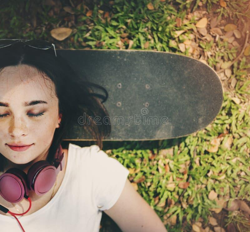 De Rust van de skateboardontspanning Liggend Koel Hoofdtelefoonconcept stock afbeelding