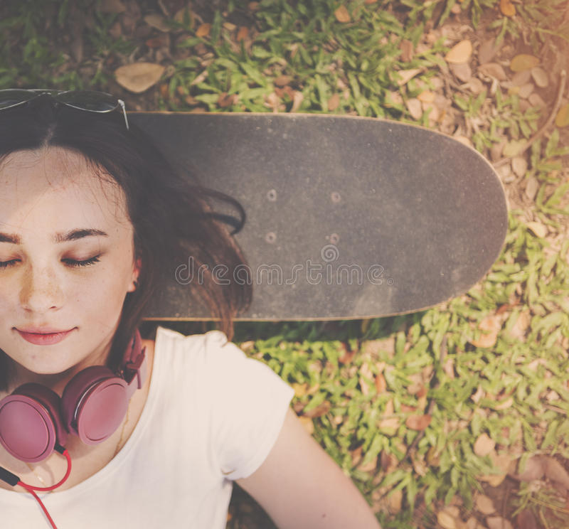 De Rust van de skateboardontspanning Liggend Koel Hoofdtelefoonconcept royalty-vrije stock afbeeldingen