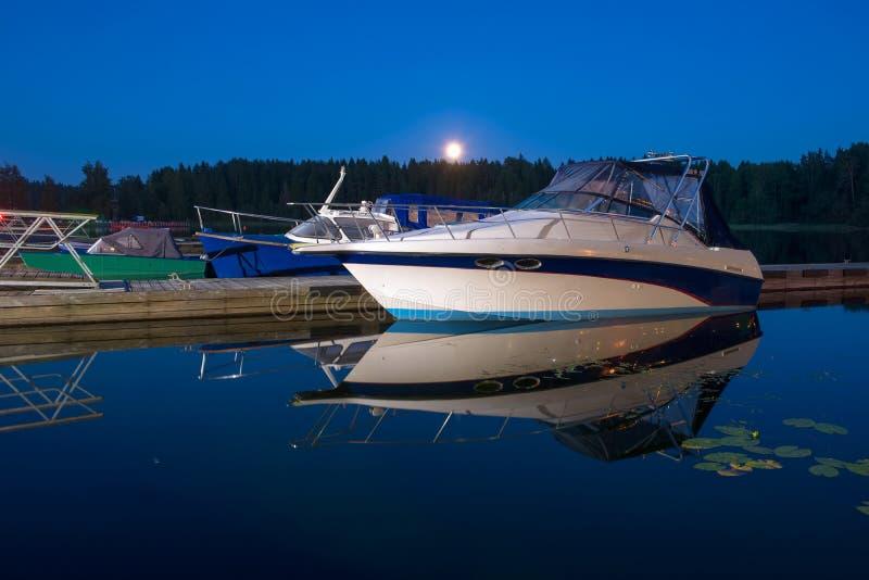 De rust van motorboten bij nacht stock afbeeldingen