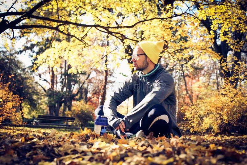 De rust van de sportmens in aard Het seizoen van de herfst Weg in dalingsbos royalty-vrije stock afbeelding