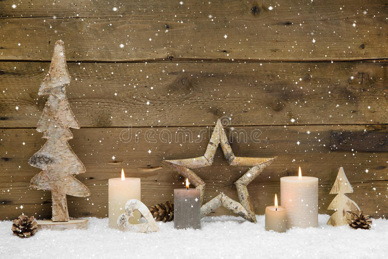 De rustieke achtergrond van het land - hout - met kaarsen en sneeuwvlokken F royalty-vrije stock afbeeldingen