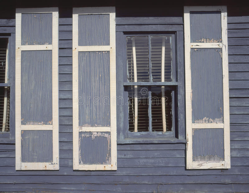 De rustieke blauwe houten bouw in Noord-Wisconsin stock foto