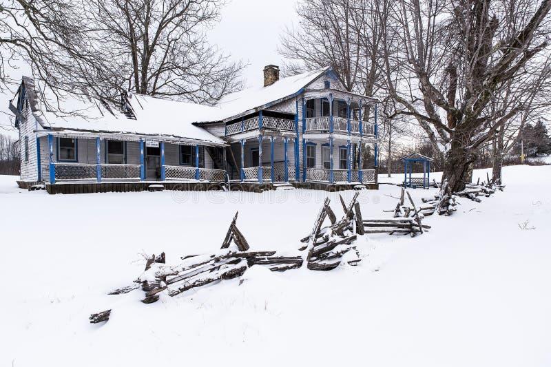 De rustieke Gespleten Spooromheining & Verlaten & Sneeuw behandelde Bekwaam Gabbard-Huis - Kentucky stock foto's