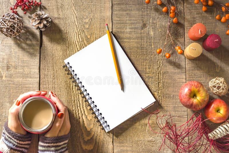 De rustieke herfst houten lijst met leeg notitieboekje en potlood, vrouw royalty-vrije stock afbeelding