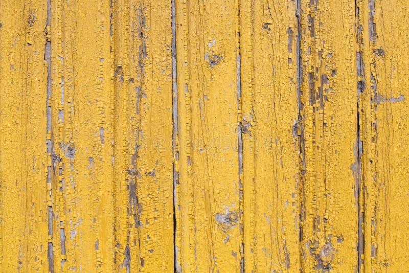 De rustieke houten oude afgeschilferde gele geschilderde textuur van planked muurpatroon stock fotografie