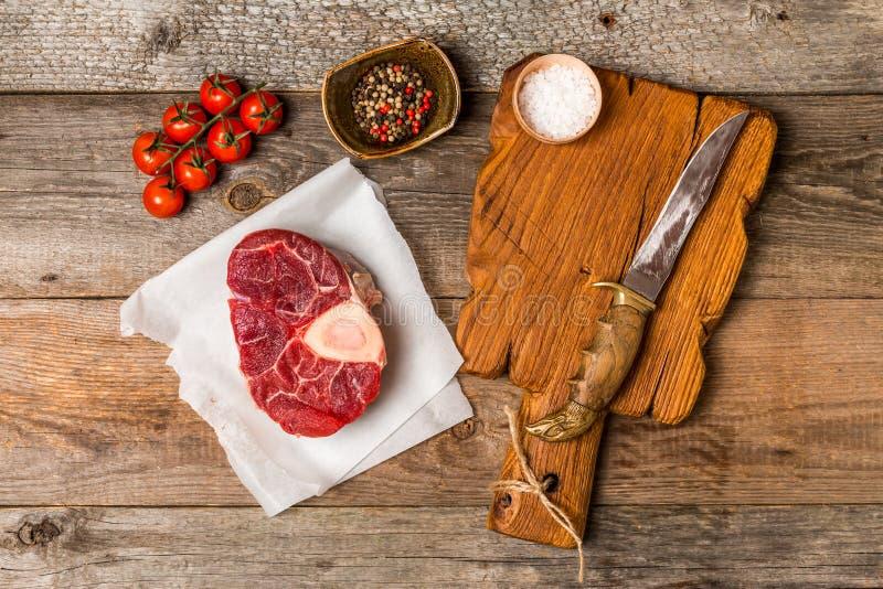 De ruw vers dwarssteel van het besnoeiingskalfsvlees en vleesmes stock afbeeldingen