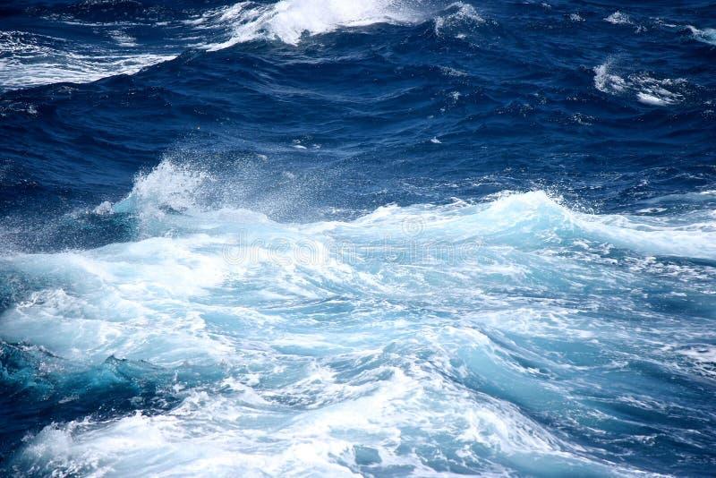 De ruwe golven op in volle zee stock fotografie