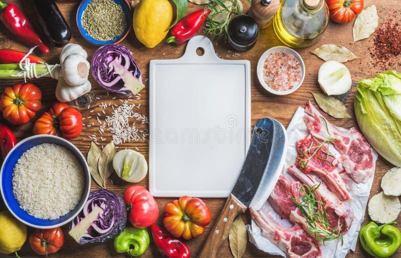 De ruwe karbonades, de rijst, de groenten, de olie, de kruiden en de kruiden van het lamsvlees royalty-vrije stock afbeelding