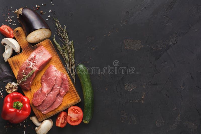 De ruwe lapjes vlees van het rundvleesfilethaakwerk mignon op houten raad stock afbeelding