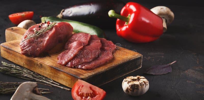 De ruwe lapjes vlees van het rundvleesfilethaakwerk mignon op houten raad royalty-vrije stock foto