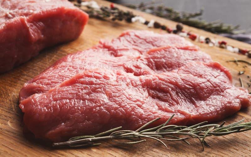 De ruwe lapjes vlees van het rundvleesfilethaakwerk mignon op houten raad stock fotografie