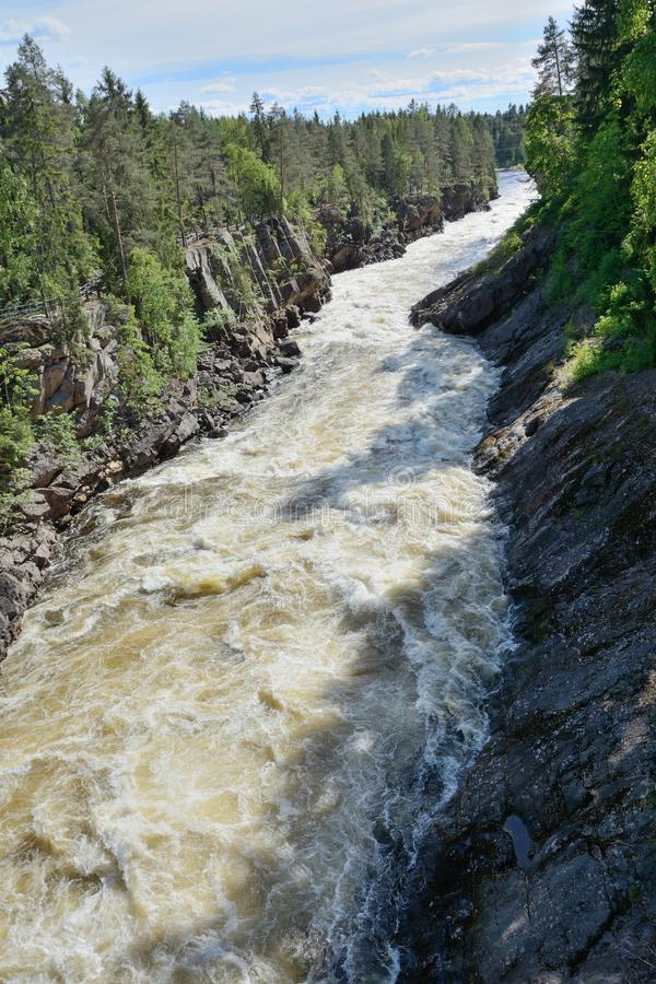 De ruwe rivier met abrupte rotsachtige kust royalty-vrije stock foto's
