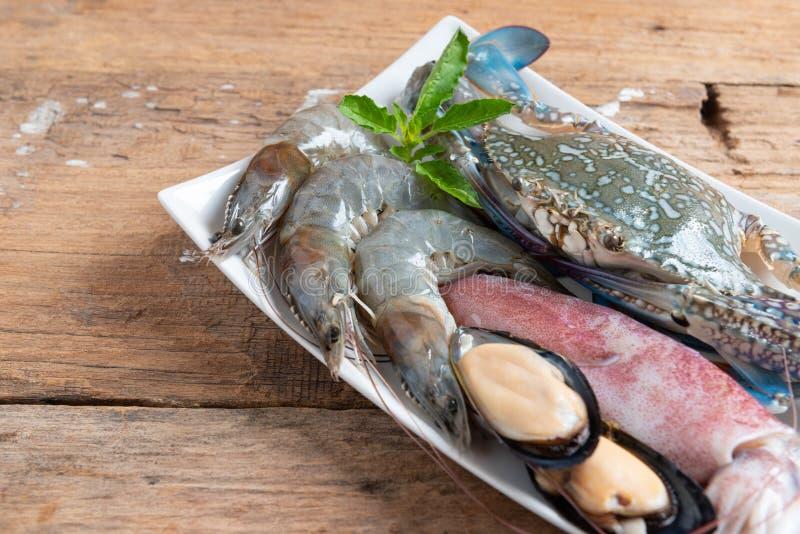 De ruwe zeevruchten omvatten krabben, garnalen, tweekleppige schelpdieren, mosselen en pijlinktvissen royalty-vrije stock afbeeldingen