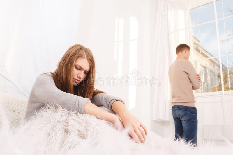 De ruzie van een kerel en een meisje Een jong paar zweert Het concept ruzies in families stock foto