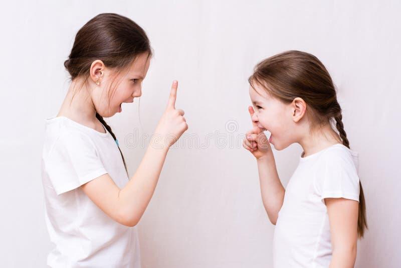 De ruzie van twee meisjeszusters sterk met elkaar stock foto