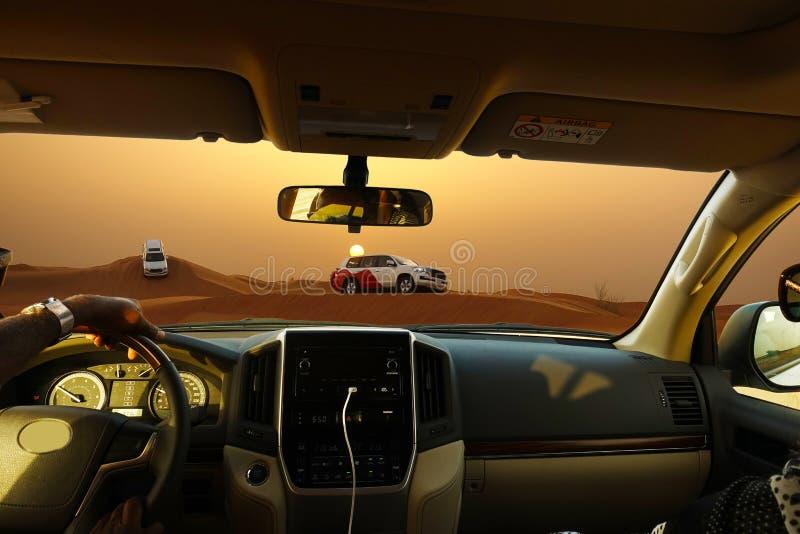 De safari del camino con los vehículos de SUV en el desierto en la puesta del sol, visión desde el coche fotos de archivo