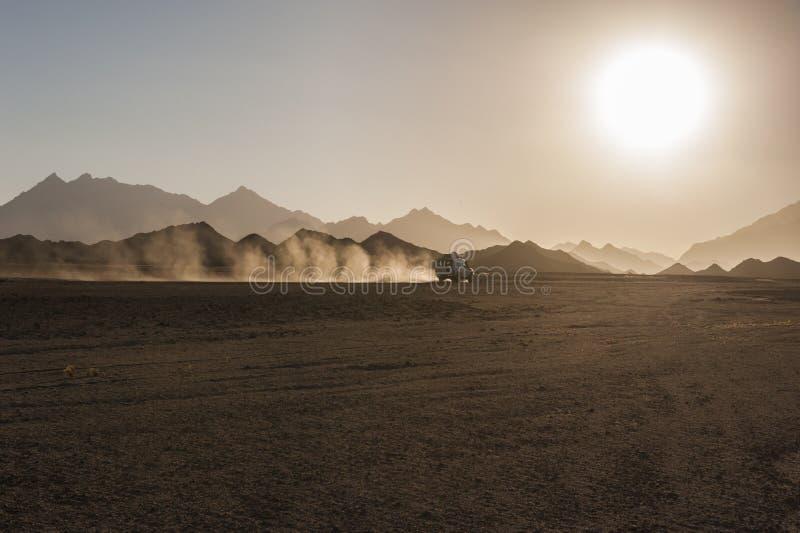 De safari del camino en desierto con puesta del sol fotos de archivo libres de regalías