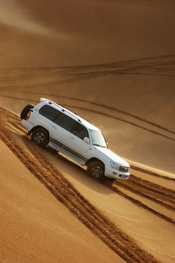 De safari van de jeep in de zandduinen in Doubai royalty-vrije stock afbeeldingen