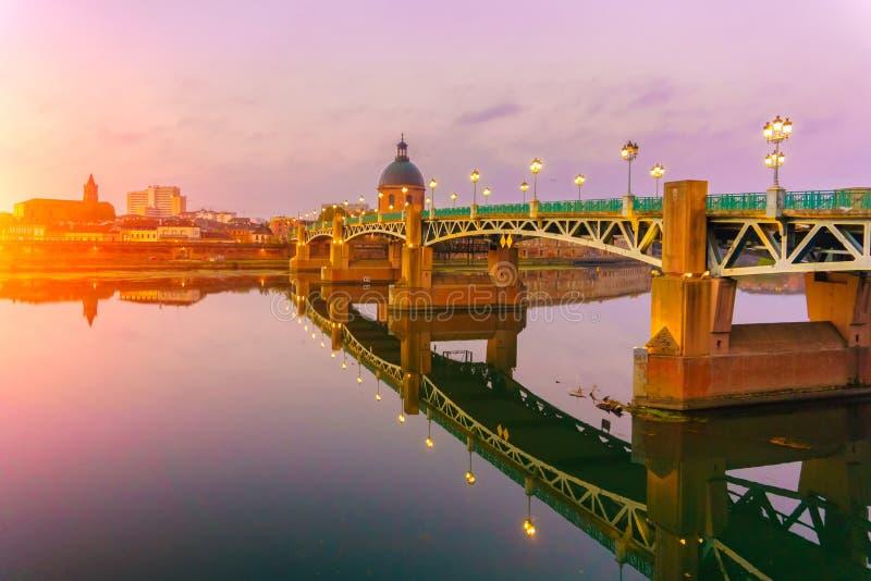 De Saint Pierrebrug in het Haute-Garonne Midi de Pyreneeën zuidelijk Frankrijk van Toulouse royalty-vrije stock foto