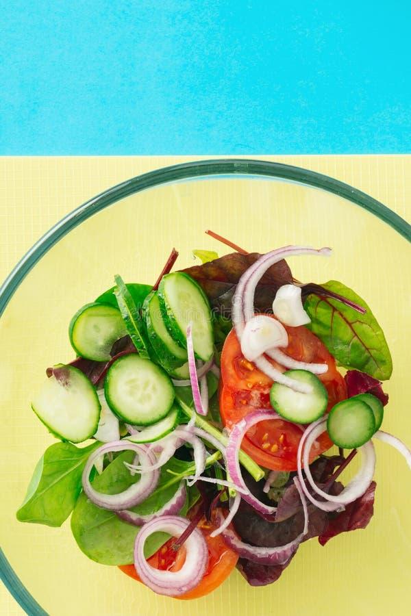 De salade hoogste mening van de kom verse zomer Gezonde voedselachtergrond royalty-vrije stock foto