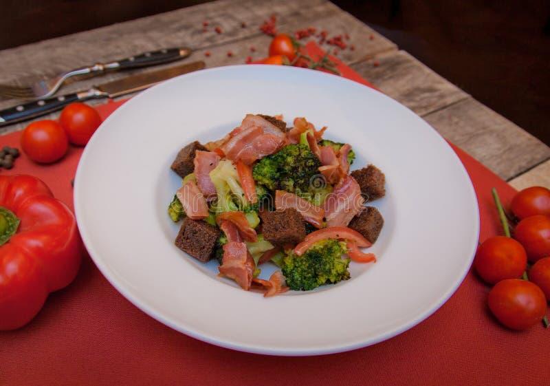 De salade met crackers, broccoli, ham is op de lijst royalty-vrije stock foto's