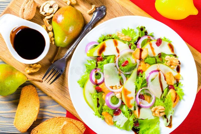 De salade met sla, peer, roosterde kippenborst, okkernoot, parmezaanse kaaskaas, Amerikaanse veenbes royalty-vrije stock foto