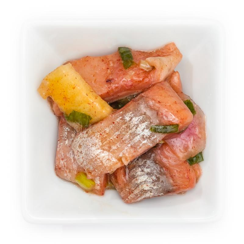 De salade van de de appelui van Matjesharingen in een witte kom stock afbeeldingen