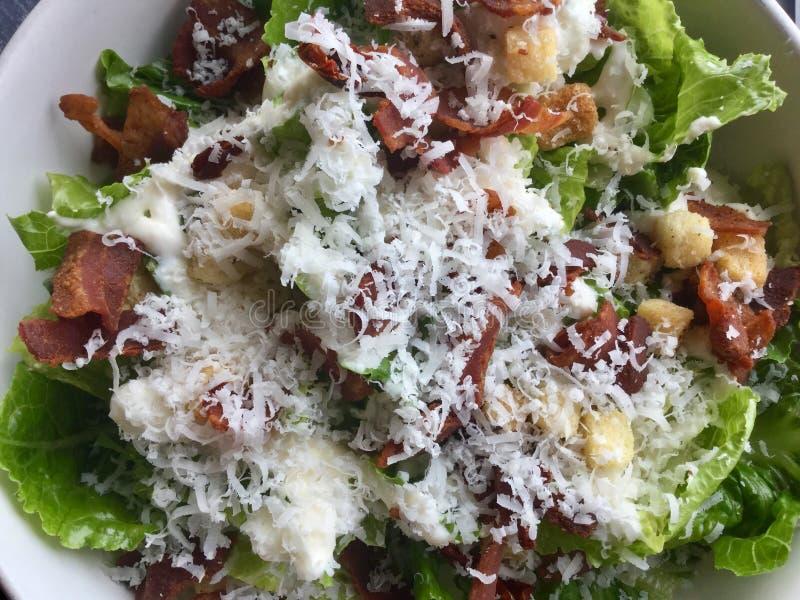De salade van Caesar met bacon gastronomisch Verse saladeschotel Sluit omhoog royalty-vrije stock foto's