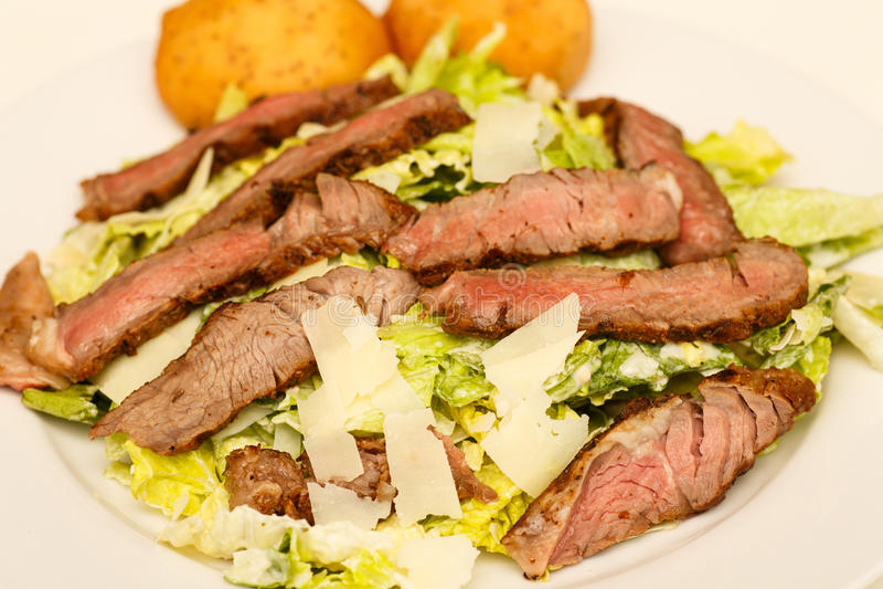 De Salade van Caesar met Rundvlees royalty-vrije stock afbeeldingen
