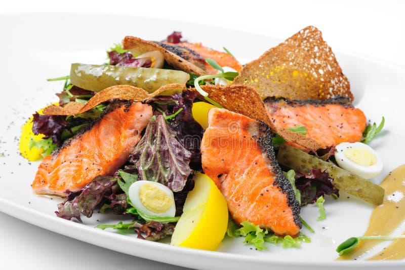 De Salade van Caesar met Zalm stock afbeeldingen