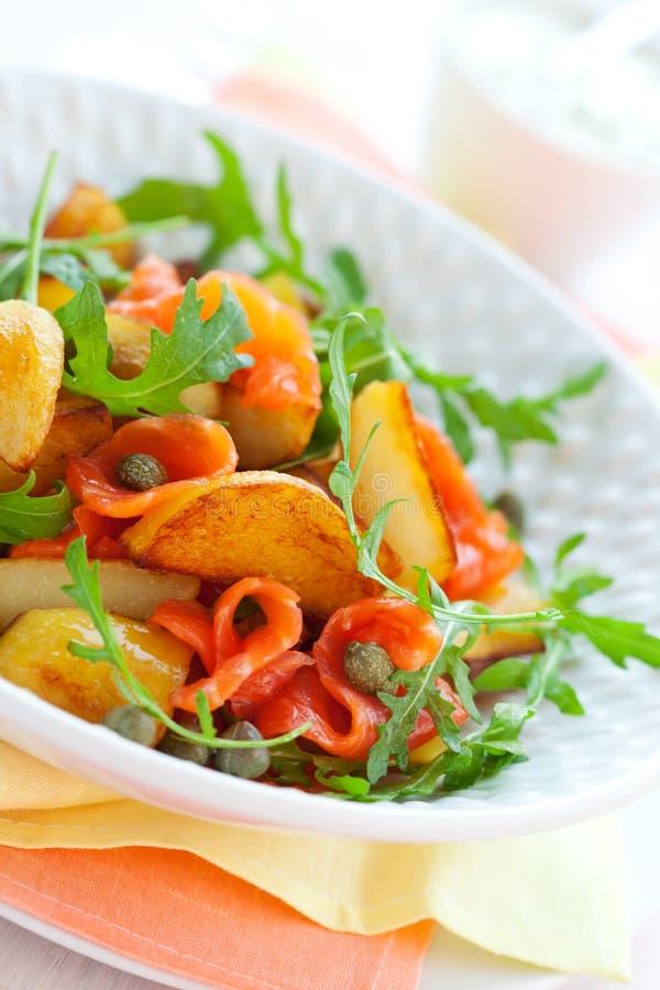 De salade van de aardappel met gerookte zalm stock for Vers des salades