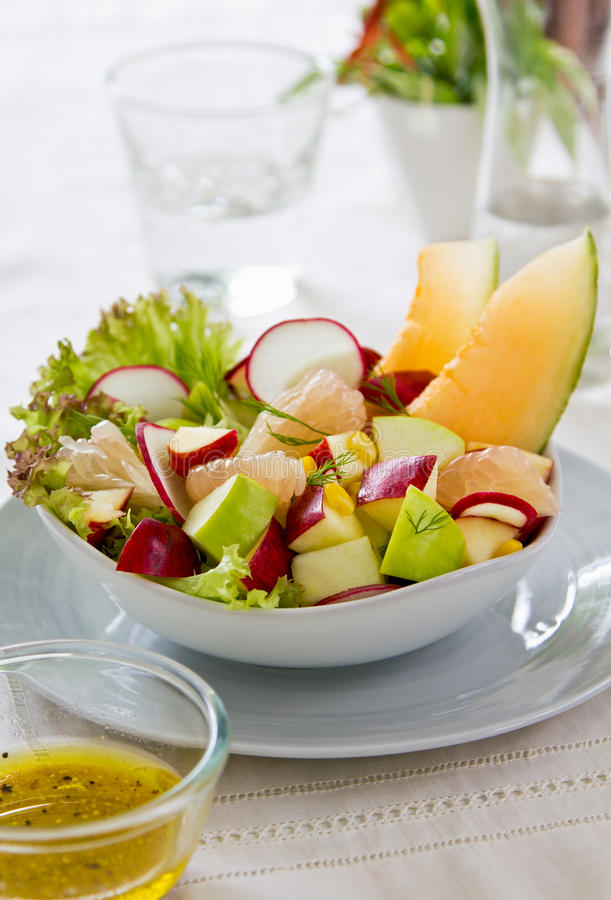 De salade van de appel, van het graan en van de meloen royalty-vrije stock afbeelding