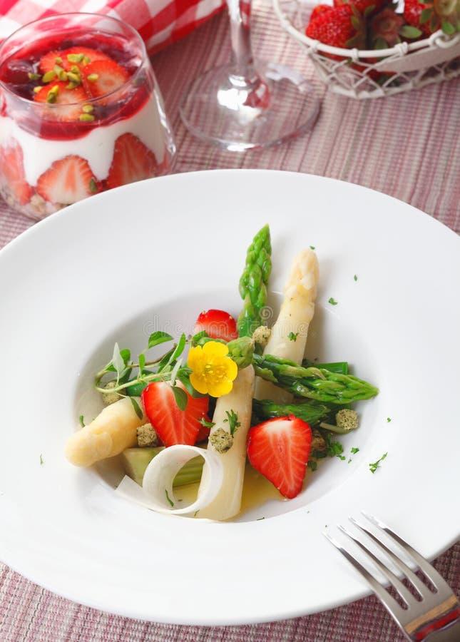De salade van de asperge en van de aardbei stock foto for Vers de salade