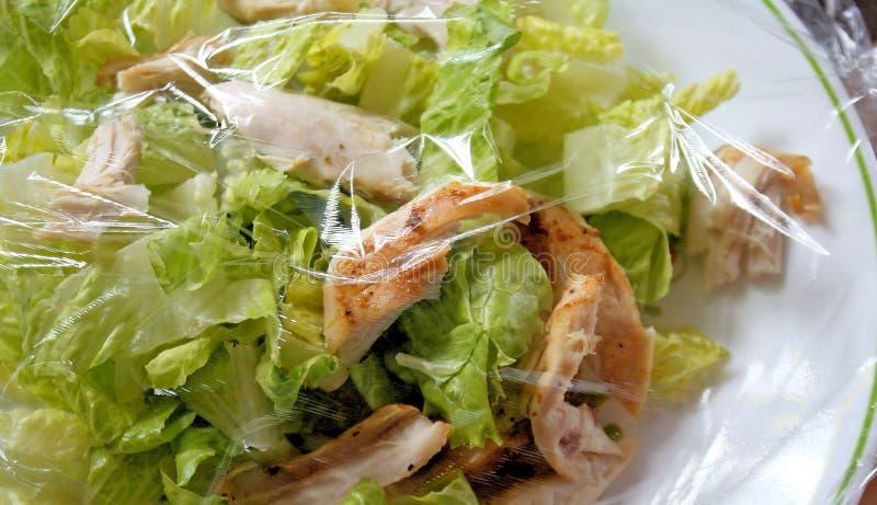 De Salade van de kip met Plastic Omslag voor Versheid royalty-vrije stock afbeeldingen