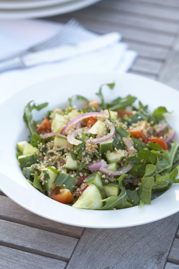 De salade van de kouskous op openluchtlijst royalty-vrije stock foto
