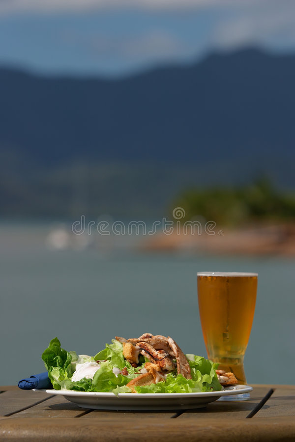 De salade van de lunchtijd & koud bier royalty-vrije stock foto's