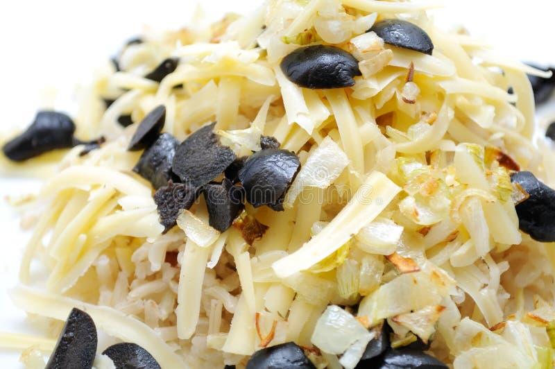 De Salade van de rijst met Kaas, Ui, en Zwarte Olijven royalty-vrije stock fotografie