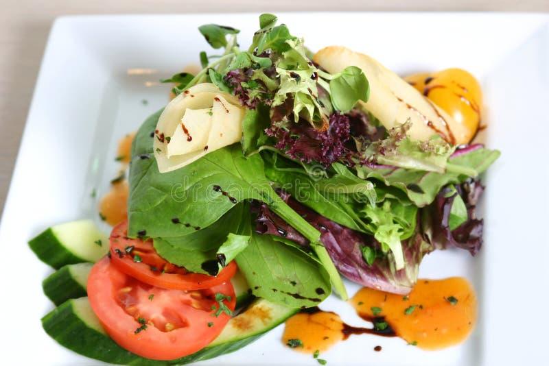 De Salade van de spinazie, van de Tomaat en van de Komkommer royalty-vrije stock afbeelding