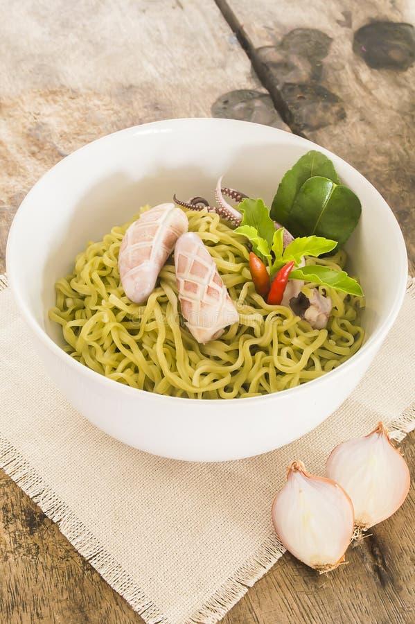 De salade van de spinazienoedel met pijlinktvis royalty-vrije stock foto's