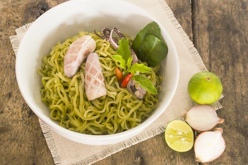 De salade van de spinazienoedel met pijlinktvis stock fotografie