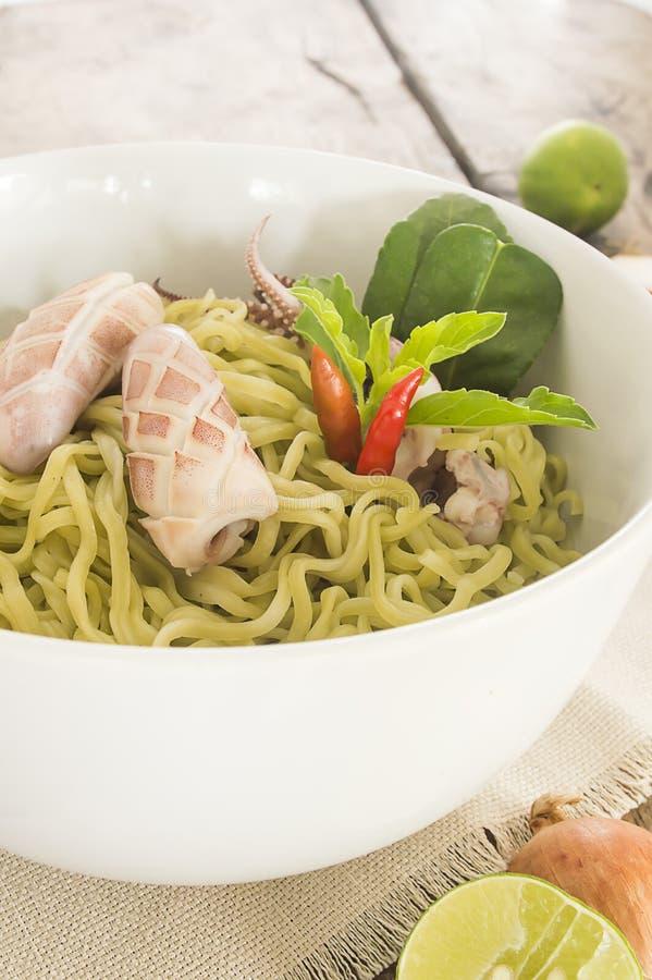 De salade van de spinazienoedel met pijlinktvis stock afbeelding