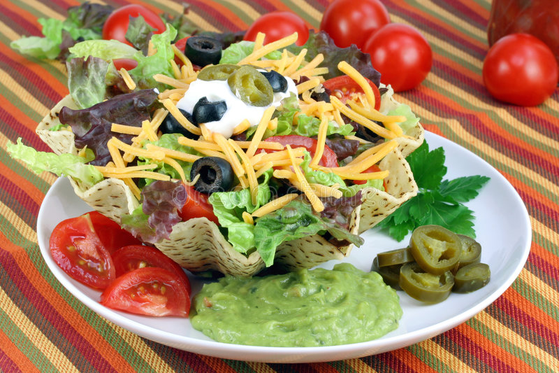 De Salade van de taco in de Kom van de Taco royalty-vrije stock foto's