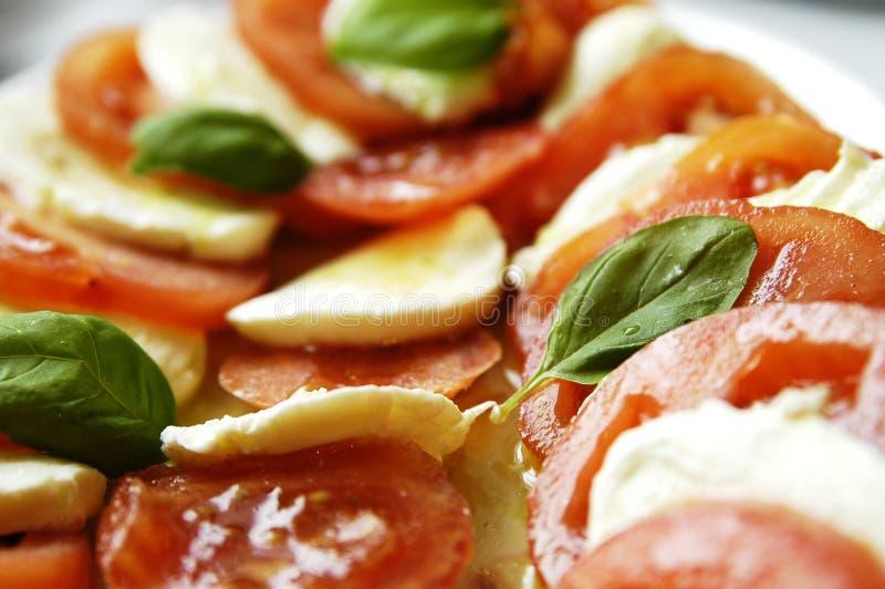 De salade van de tomaat en van mozarella stock afbeeldingen