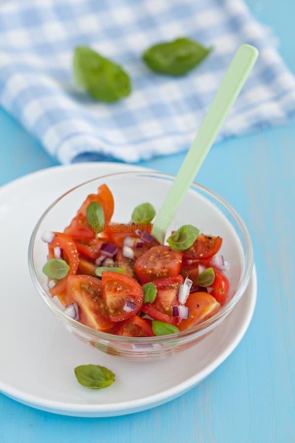 De salade van de tomaat met basilicum stock afbeeldingen