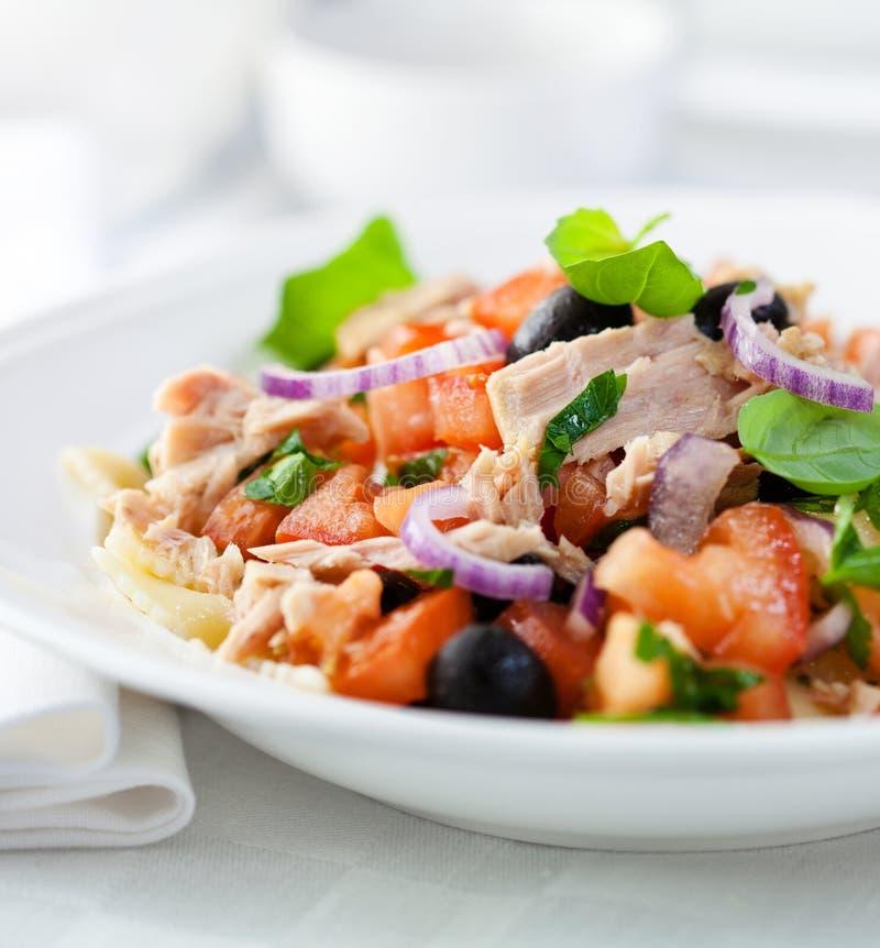 De salade van de tonijn met verse tomaat en deegwaren royalty-vrije stock afbeelding