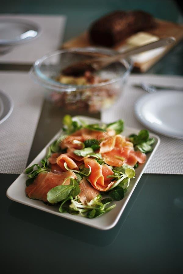 De salade van de zalm voor lunch stock fotografie