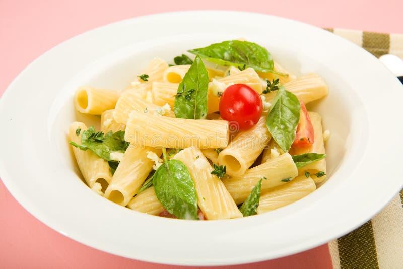 De salade van deegwaren met kruiden stock foto's