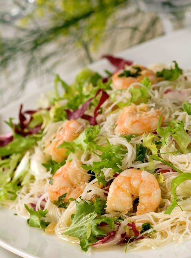 De salade van garnalen met deegwaren royalty-vrije stock afbeelding