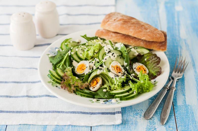 De Salade van het kwartelsei met de Vulling van de Kerrieyoghurt royalty-vrije stock afbeeldingen