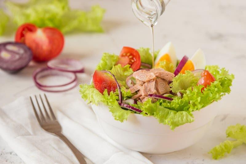 De Salade van de tonijn Nicoise - verse salade met ingeblikte vissen en groente stock foto